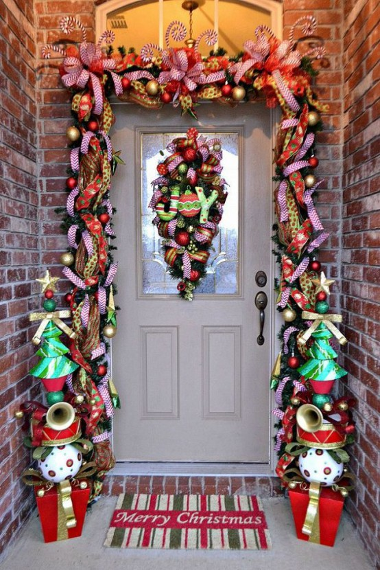 38 Stunning Christmas Front Door Décor Ideas - DigsDigs