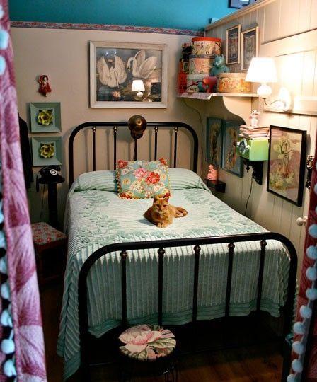 Cozy vintage bedroom.   Vintage inspiration ❤   Home Decor
