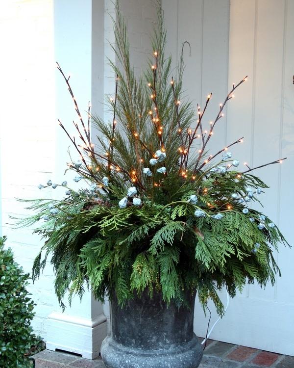 Outdoor Christmas Planter Ideas | tarakabayan.com
