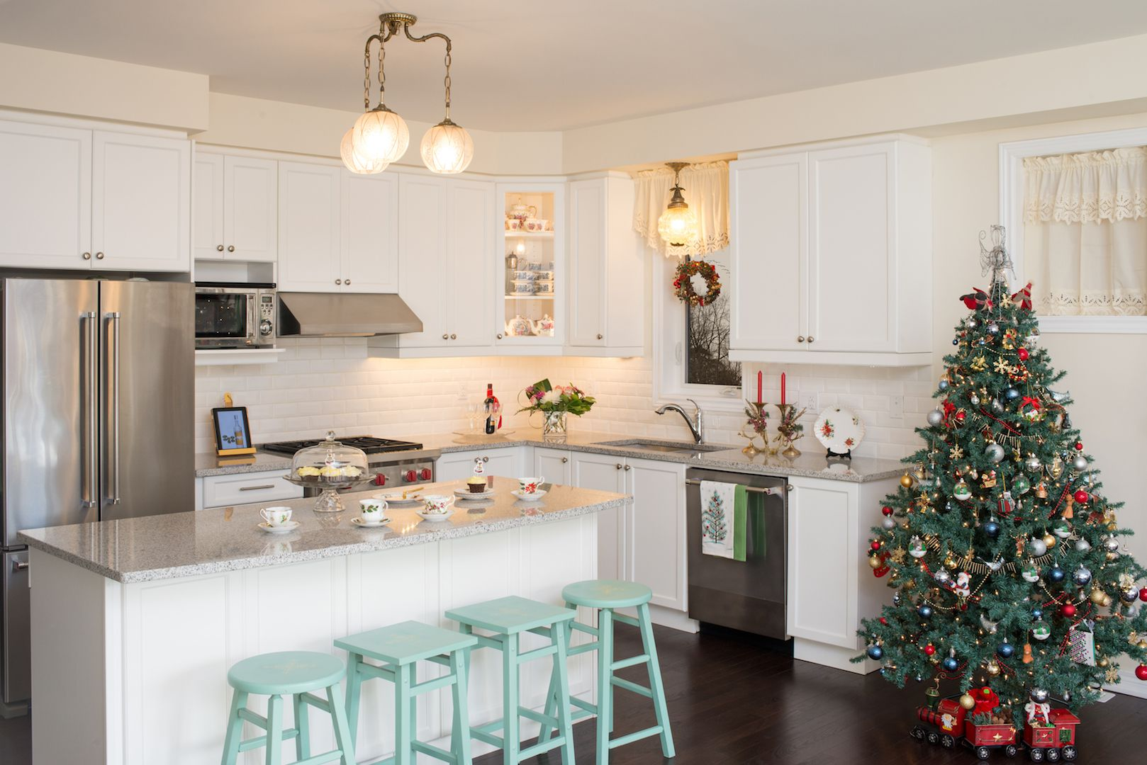 15 Christmas Kitchen Decor Ideas - How to Decorate Your Kitchen for