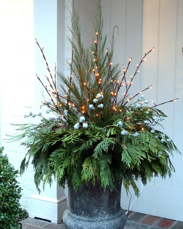 Outdoor Christmas Planter Ideas | tarakabayan.com