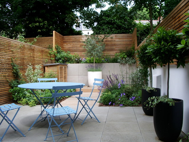 Courtyard garden design in Barnsbury, London - Contemporary - Patio
