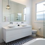 How to choose a bathroom in front of a mirror light